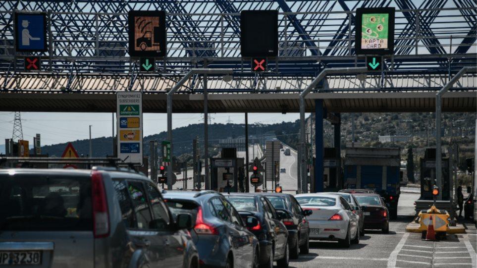 Κορωνοϊός: Ουρές στα διόδια της Ελευσίνας, παρά τις συστάσεις για περιορισμό των μετακινήσεων! (ΦΩΤΟ)