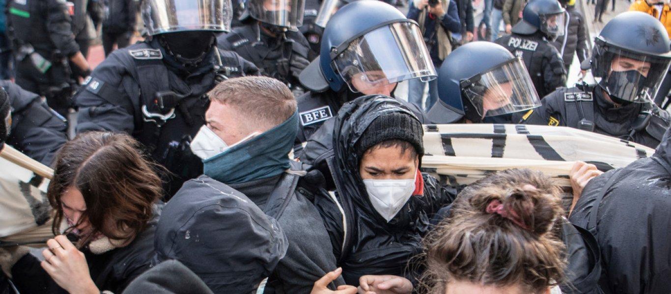 «Καζάνι» που βράζει η Ευρώπη – Μαζικές διαδηλώσεις κατά των σκληρών περιοριστικών μέτρων σε πολλές χώρες! (βίντεο)