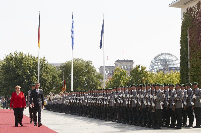 Μητσοτάκης στο Βερολίνο: Με στρατιωτικές τιμές η υποδοχή από τη Μέρκελ! (BINTEO)