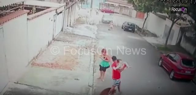 Βίντεο: Άνδρας παλεύει με πίτμπουλ που έχει αρπάξει τον 4χρονο γιο του – Σοκαριστικές σκηνές που «κόβουν» την ανάσα!
