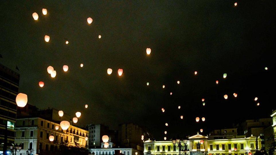 Υπερθέαμα η παραμονή Χριστουγέννων στην Αθήνα: Εκατοντάδες χάρτινα φαναράκια φώτισαν τον ουρανό! (ΦΩΤΟ)