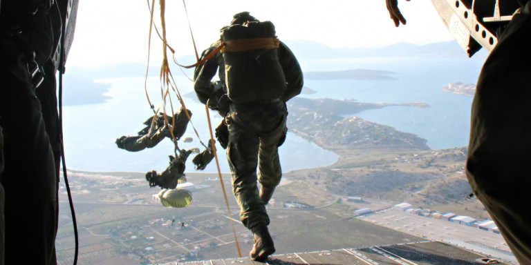 Τραγωδία στις Ενοπλες Δυνάμεις: Νεκρός αλεξιπτωτιστής που είχε παρασυρθεί από ισχυρούς ανέμους!