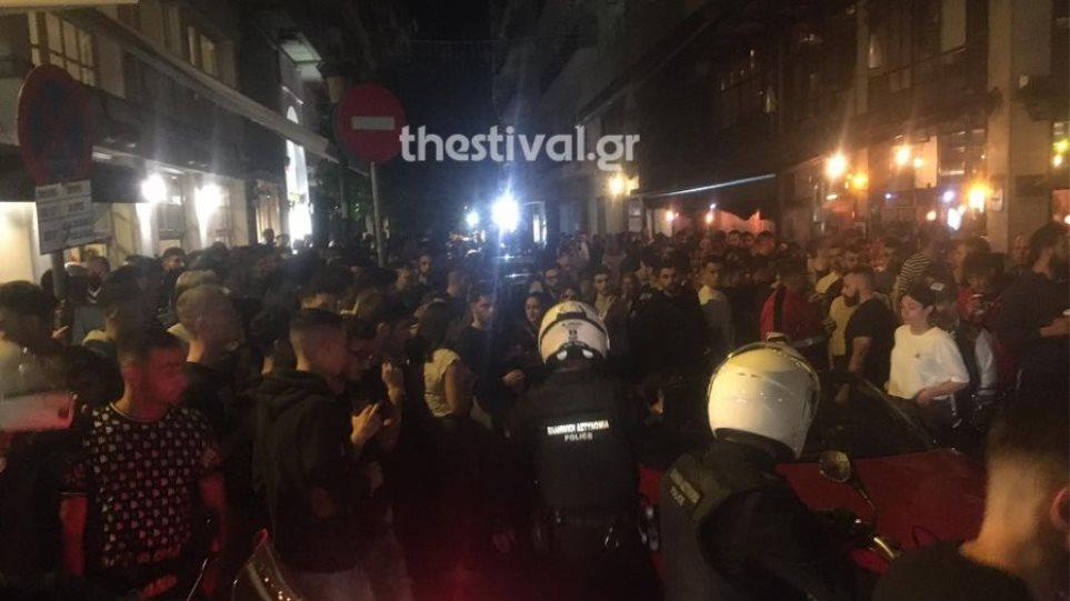 Δείτε βίντεο: Απίστευτος συνωστισμός και ξύλο για ένα take away ποτό στη Θεσσαλονίκη!