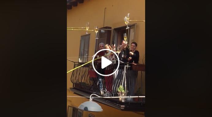 Κορωνοϊός – Ιταλία: Τσούγκρισαν τα ποτήρια τους και αντάλλαξαν ευχές… από τα μπαλκόνια τους! ΔΕΙΤΕ το ΒΙΝΤΕΟ που έγινε VIRAL!