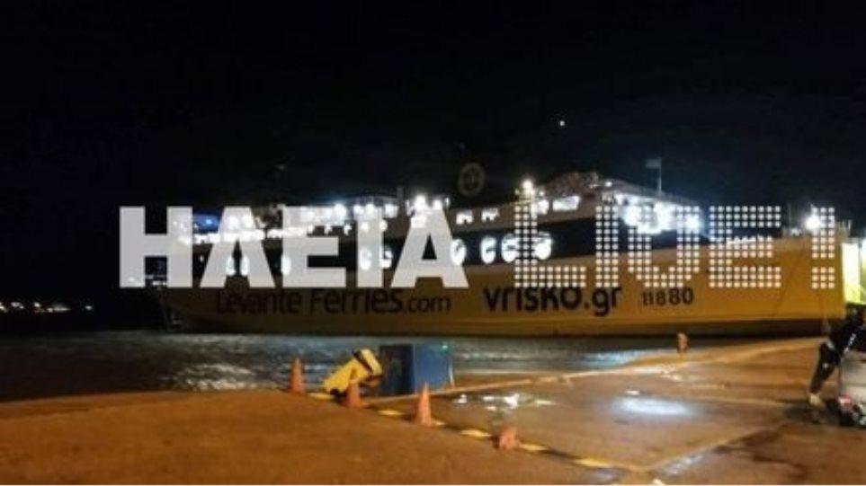 Κυλλήνη: Αυτοκίνητο έπεσε στο λιμάνι! Οι κάβοι από τον μανιασμένο αέρα κόπηκαν και το αυτοκίνητο που βρισκόταν στον καταπέλτη κατέληξε στη θάλασσα! (βίντεο)