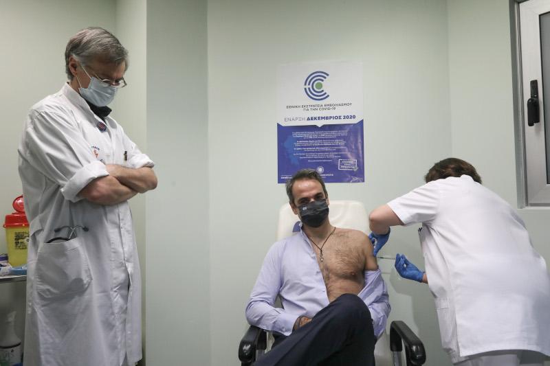"""Κορωνοϊός: Ο Μητσοτάκης έκανε τη 2η δόση του εμβολίου στο """"Αττικόν"""" -Στο πλευρό του ο Τσιόδρας [βίντεο]"""