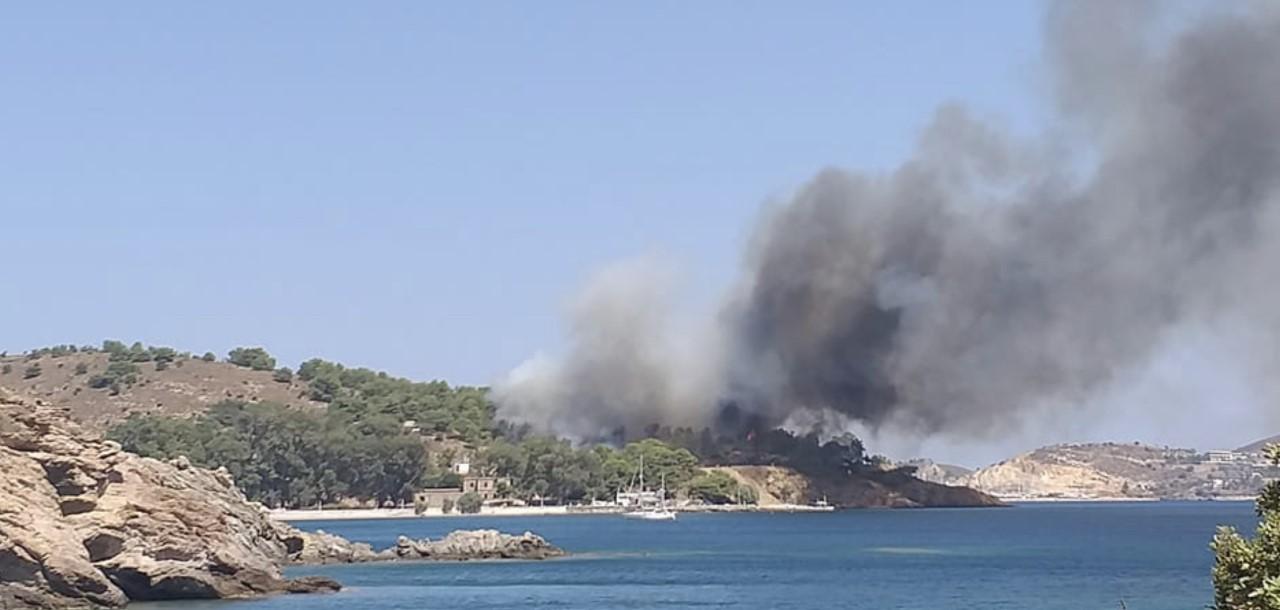 Μεγάλη φωτιά ξέσπασε στη Λέρο -Απεγκλωβίστηκαν 60 άτομα από την παραλία! (ΦΩΤΟ)