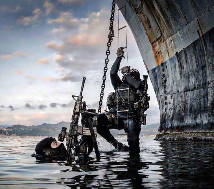 Άγρια καταδίωξη με φουσκωτά στο Αιγαίο: Βατραχάνθρωποι του Λιμενικού κυνηγούν βαρόνους ναρκωτικών