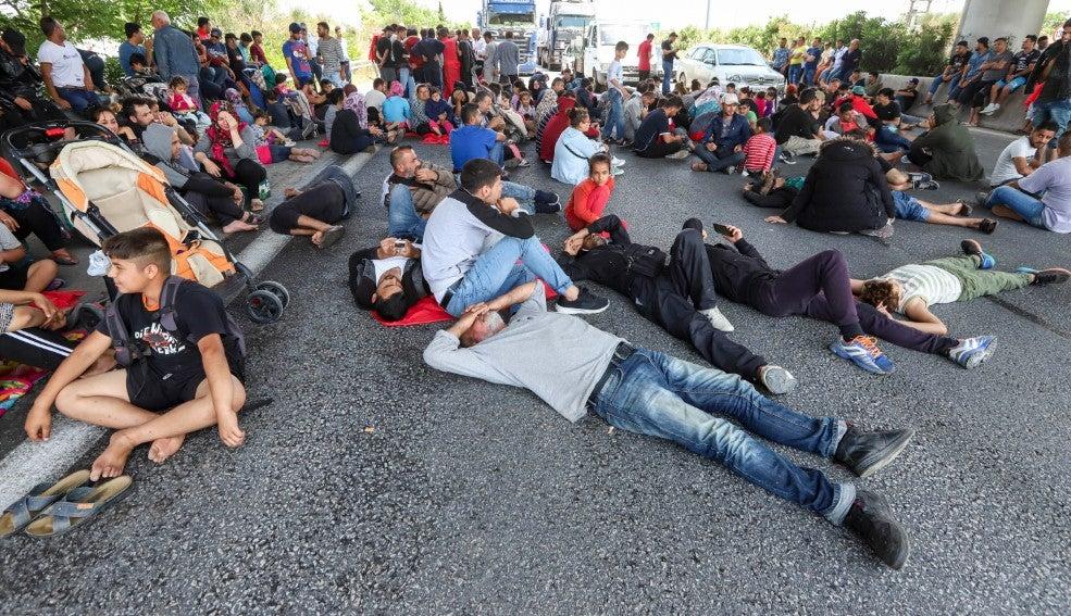 ΧΑΟΣ στον παράδρομο της Εθνικής Οδού Αθηνών-Λαμίας! Στο ΕΛΕΟΣ των μεταναστών η χώρα μας!