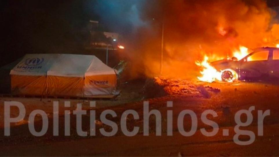 Δεν άφησαν τίποτα όρθιο! Ολονύχτια επεισόδια στον καταυλισμό της Χίου: Μετανάστες έκαψαν αυτοκίνητα και σκηνές