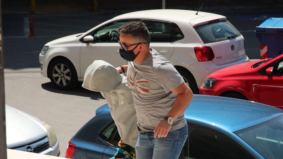 Απαγωγή Μαρκέλλας: Με κουκούλα και σκυμμένο το κεφάλι στα δικαστήρια – Πήρε ξανά προθεσμία η 33χρονη – Απολογείται αύριο (ΒΙΝΤΕΟ)