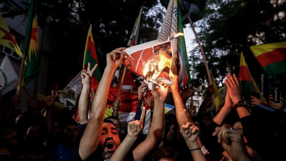 Οργισμένες διαδηλώσεις Κούρδων: Έκαψαν τουρκικές σημαίες, ποδοπάτησαν φωτογραφίες του Ερντογάν! (ΒΙΝΤΕΟ)