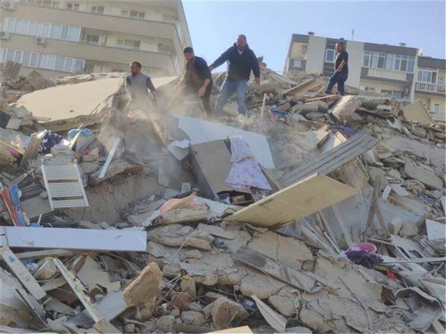 Σεισμός στη Σμύρνη: Βίντεο με τη στιγμή που καταρρέει κτήριο
