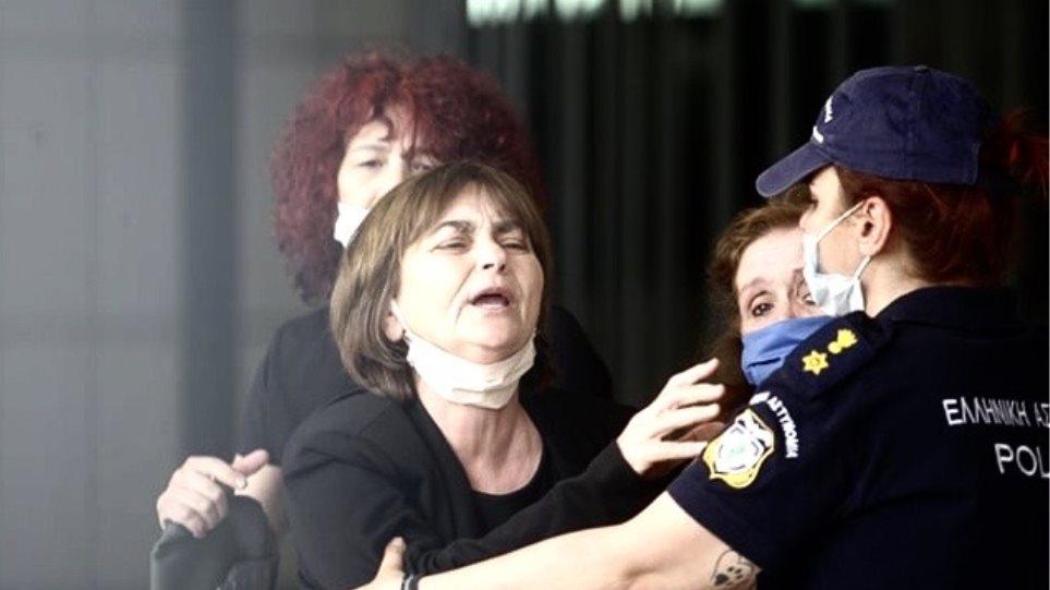 Δίκη Τοπαλούδη: Ξέσπασε η μητέρα της Ελένης κατά του δικηγόρου του Ροδίτη! «Το κοπρόσκυλο βίασε και σκότωσε το παιδί μου, ποιο ελαφρυντικό;»– Δείτε βίντεο