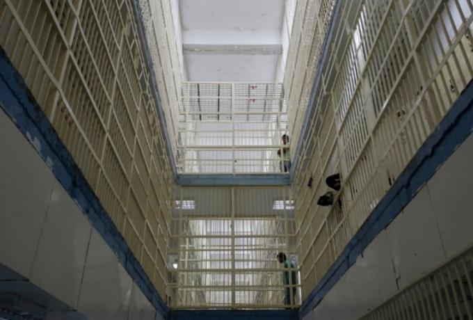 Ποτά, τσιγάρα, κινητά και… τούρτες στις γυναικείες φυλακές Κορυδαλλού! «Αν έχεις λεφτά περνάς καλά, αλλιώς πεθαίνεις»