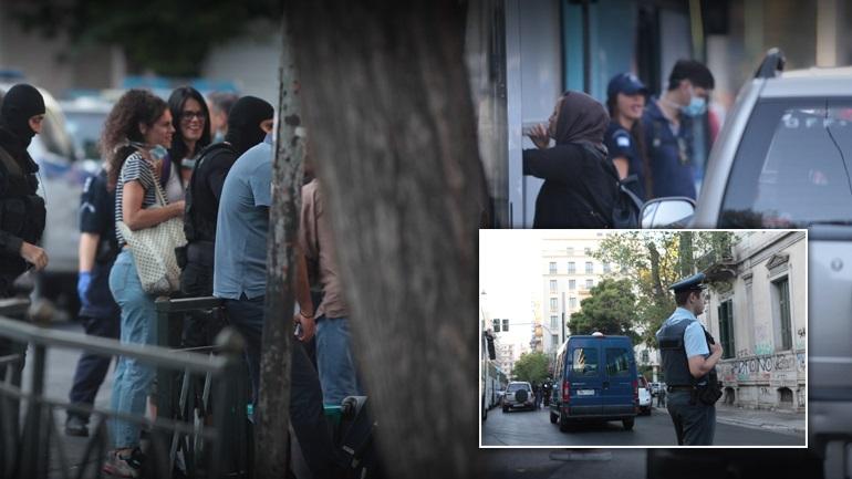 ΝΤΟΥ της ΕΛ.ΑΣ: Εκκένωση με drones, ΕΚΑΜ, ΜΑΤ και Κρατική Ασφάλεια για την απομάκρυνση των μεταναστών από το κέντρος της ΑΘΗΝΑΣ! Δείτε φωτογραφίες και βίντεο από τις καταλήψεις στην Αχαρνών – Βρήκαν και πιστόλια!
