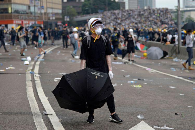Σκηνές φρίκης στο Χονγκ Κονγκ: Πυρπόλησαν άνδρα που επέκρινε τους διαδηλωτές – Προσοχή, σκληρό βίντεο