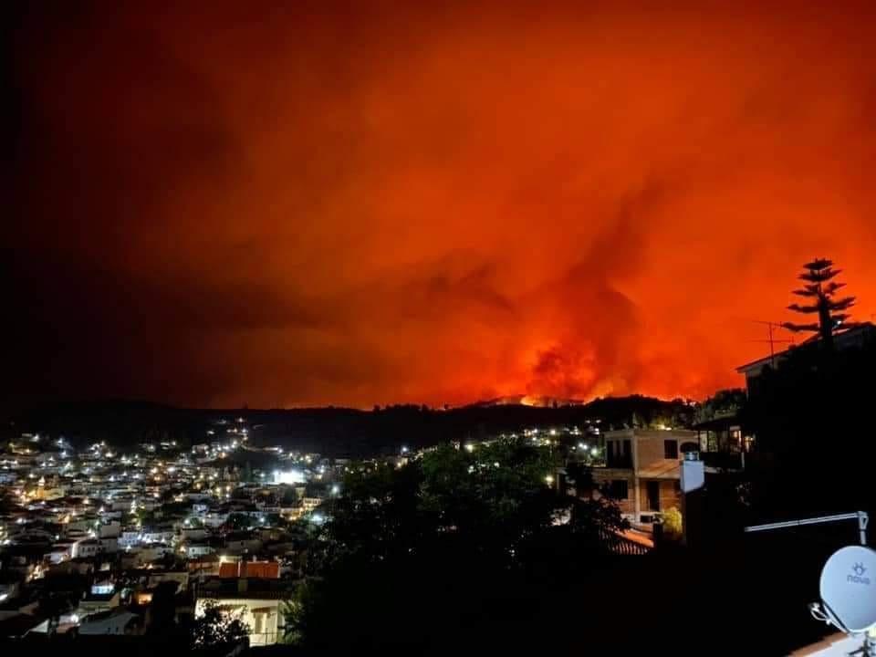 Aνεξέλεγκτη η φωτιά στην Εύβοια – Δύο τα ενεργά μέτωπα – Στη μάχη με τις φλόγες και τα εναέρια μέσα