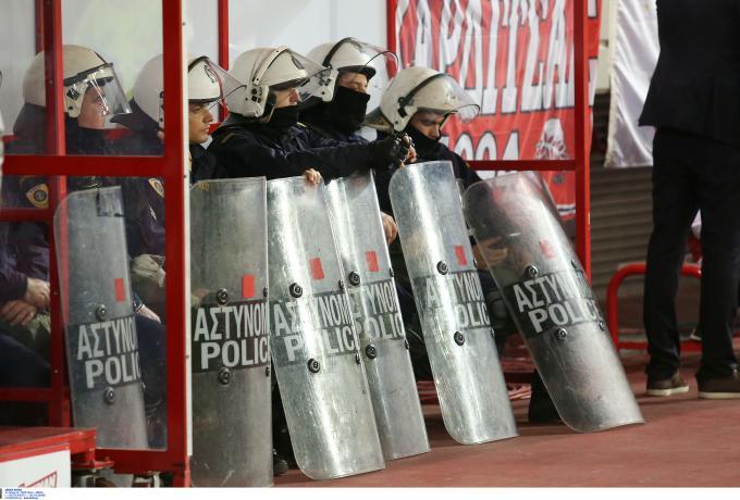 Ενώσεις Αστυνομικών Υπαλλήλων Αθηνών – Πειραιά: «Από τύχη ο συνάδελφός γλίτωσε το μάτι του στο Καραϊσκάκης»