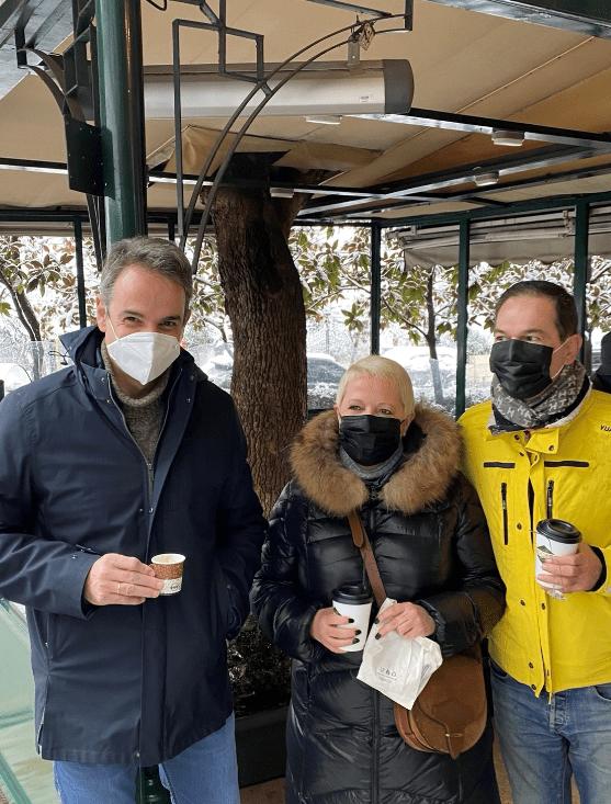 Ο Κ.Μητσοτάκης πίνει καφέ στο Da Capo παραβιάζοντας πάλι τους κανόνες κατά Covid-19 την ώρα που η Ελλάδα «πάγωνε» (ΦΩΤΟ)