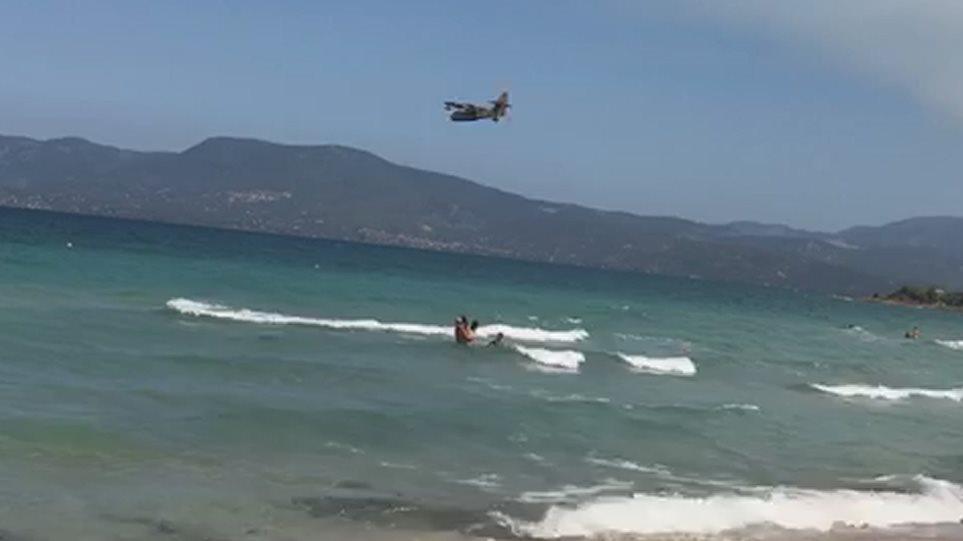 Φωτιά στην Εύβοια: Εντυπωσιακές εικόνες από καναντέρ που «παίρνουν» νερό από παραλία! (ΦΩΤΟ&ΒΙΝΤΕΟ)