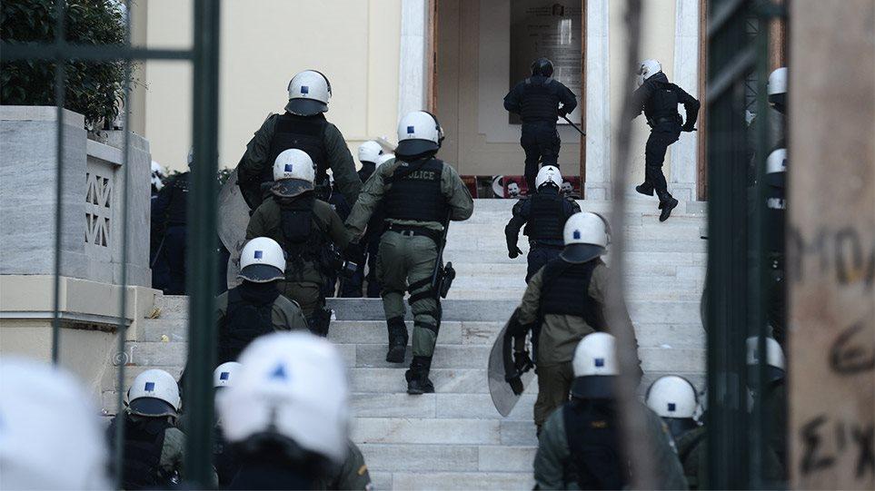 ΑΣΟΕΕ: Επέμβαση της Αστυνομίας στο Πανεπιστήμιο – Πετροπόλεμος και χημικά στην Πατησίων! (ΒΙΝΤΕΟ)