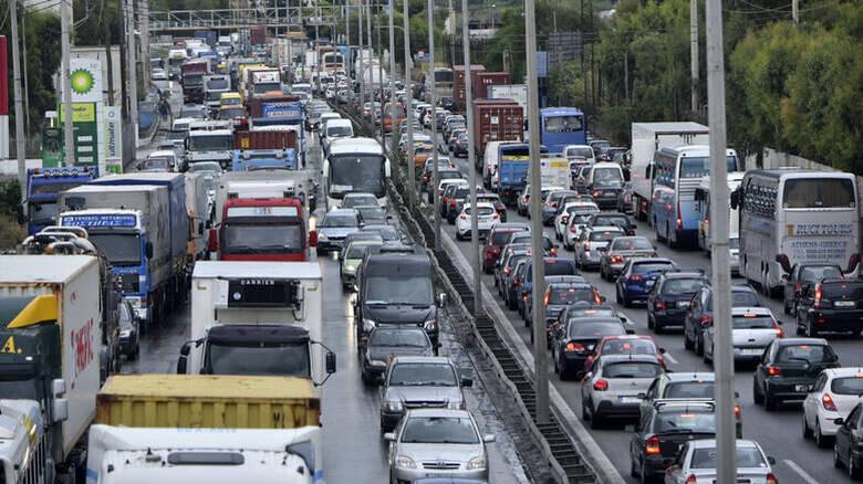 Κυκλοφοριακό κομφούζιο στην Αττική οδό – Καραμπόλα 6 οχημάτων