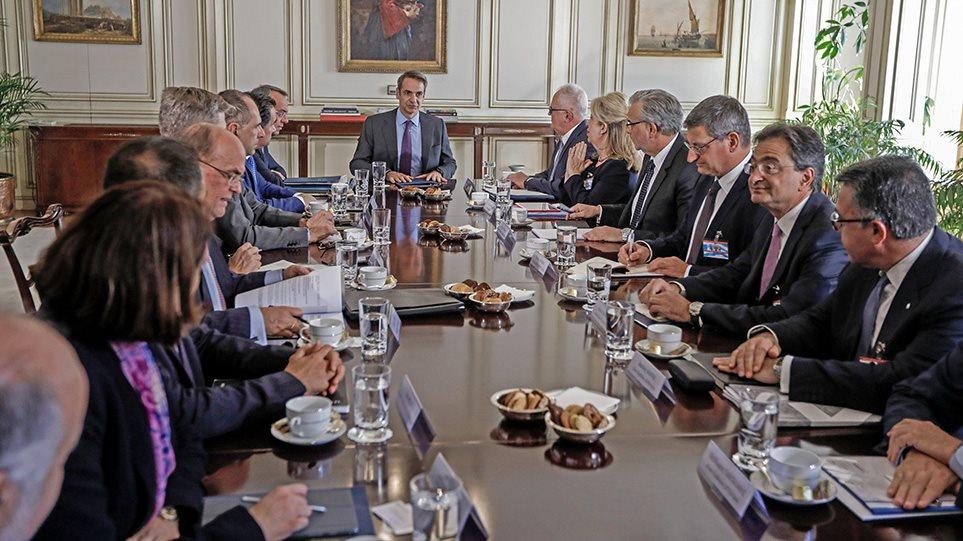 Τραπεζίτες σε Μητσοτάκη: Θα επανεξετάσουμε τις χρεώσεις!