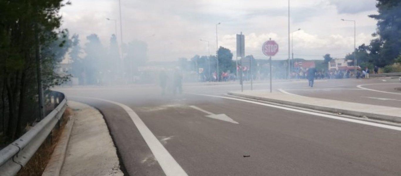 Επεισόδια στη Μαλακάσα με ρίψεις χημικών – Διαμαρτυρία κατοίκων για το hot spot: «Είναι υγειονομική βόμβα» (βίντεο)