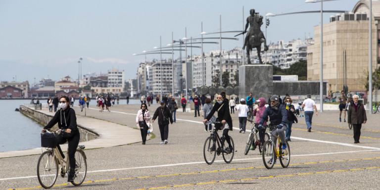 Απαγόρευση κυκλοφορίας: Πλήθος κόσμου στην Νέα Παραλία Θεσσαλονίκης (BINTEO)
