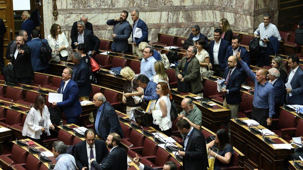Βουλή: Αποχώρησαν ΣΥΡΙΖΑ, ΚΚΕ και Μέρα25, με αφορμή τροπολογία για πλαφόν στις «χρυσές» συντάξεις!