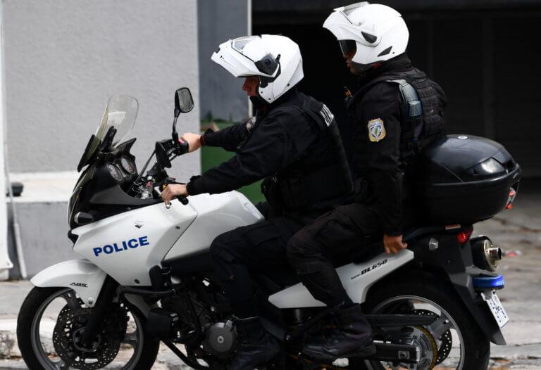 Επίθεση σε αστυνομικούς της ΔΙΑΣ στην Βούλα – Ένας τραυματίας