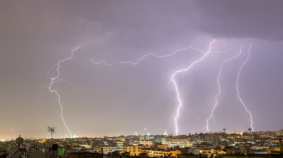 «Σαρώνει» η κακοκαιρία: 10.500 κεραυνοί στο Ιόνιο και τη Δυτική Ελλάδα έως τις 13:00