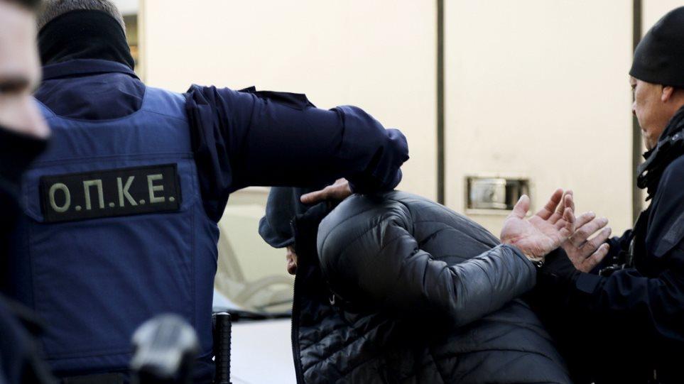 Λαμία: Έπιασαν τον «μαϊμού» τεχνικό της ΔΕΗ που άρπαξε τα 110.000 ευρώ από ηλικιωμένη!