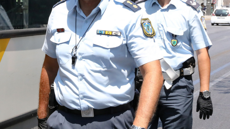 Απίστευτο και όμως αληθινό! Διοικητής αστυνομικού τμήματος με κορωνοϊό διασκέδαζε σε μπαρ σπάζοντας την καραντίνα και την απαγόρευση κυκλοφορίας!