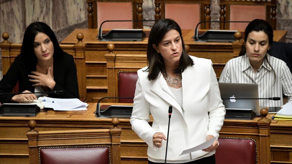 Στη γραμμή ΣΥΡΙΖΑ η Κεραμέως: Παρά τις έντονες αντιδράσεις υπέγραψε την απόφαση για την απαλοιφή του θρησκεύματος στα απολυτήρια!