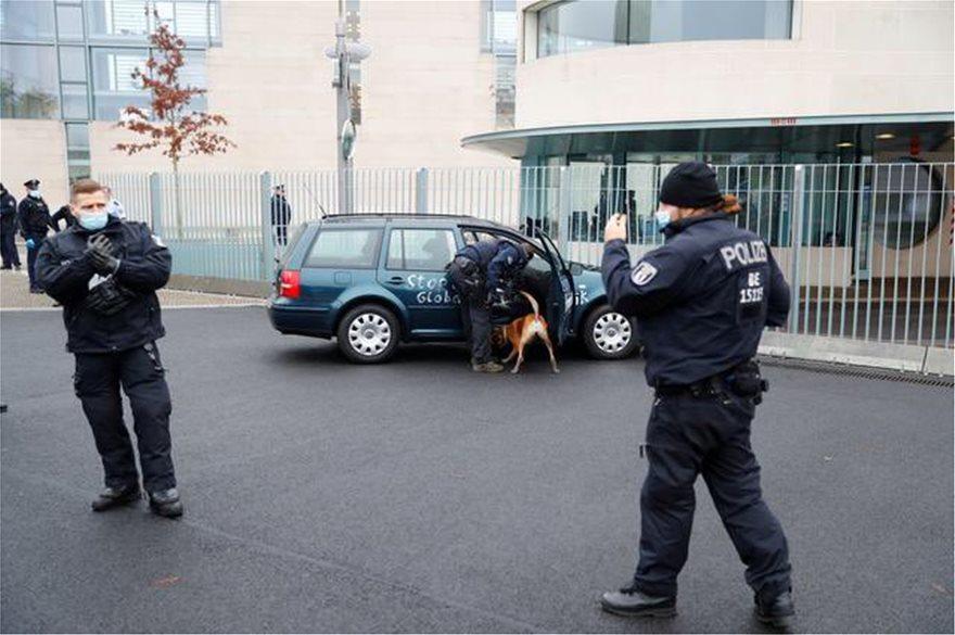 Συναγερμός στο Βερολίνο: Αυτοκίνητο έπεσε στην πόρτα της Καγκελαρίας (ΒΙΝΤΕΟ)