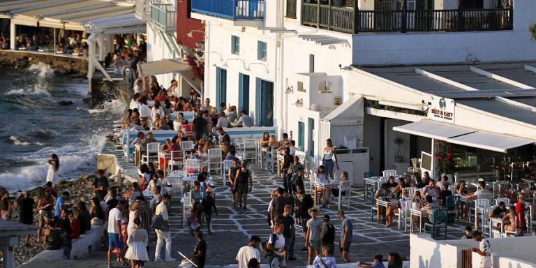 60.000 Βρετανοί σε αγώνα δρόμου για να φύγουν από τα 7 ελληνικά νησιά που μπήκαν στην «κόκκινη λίστα» -Τι καταγγέλλουν!