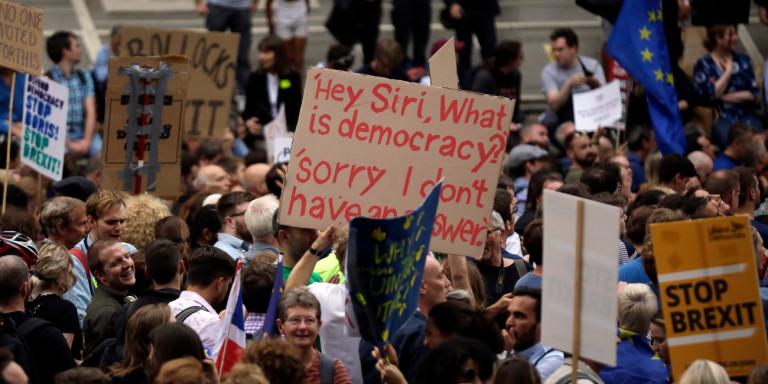 Brexit: Η Βρετανία «φλέγεται» – Οργή, διαδηλώσεις, παραιτήσεις για την απόφαση Τζόνσον να κλείσει τη Βουλή