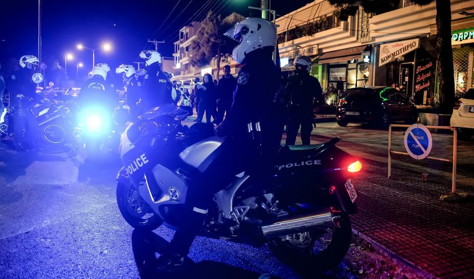 Ένταση στην Αγία Παρασκευή: Μεγάλη ομάδα ατόμων αρνούνται να φύγουν από την πλατεία! Φωνάζουν συνθήματα κατά της αστυνομίας! (ΒΙΝΤΕΟ)