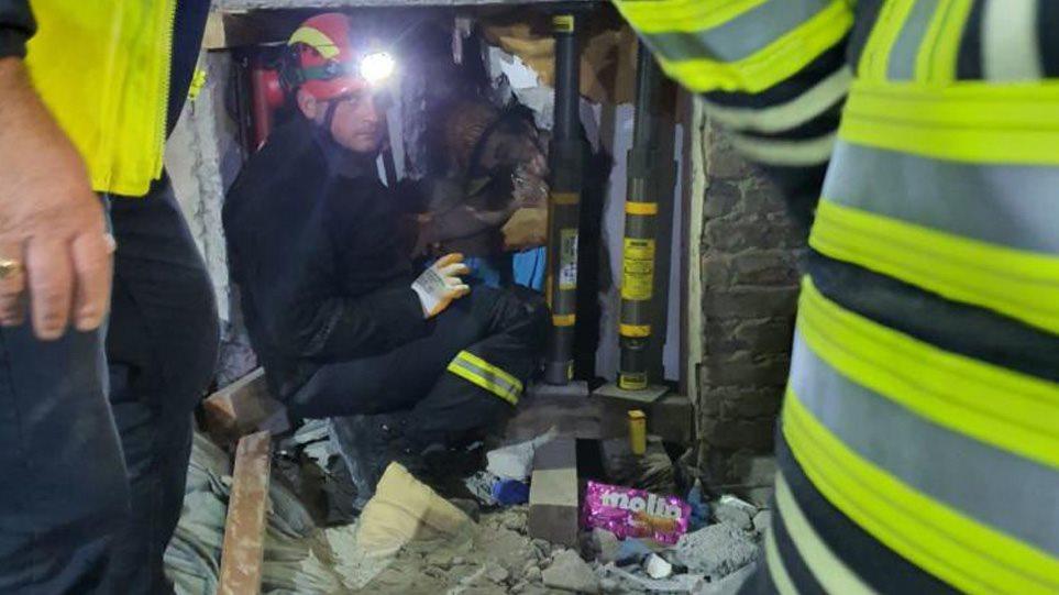 Σεισμός στην Αλβανία: Η στιγμή που η ΕΜΑΚ ανασύρει ζωντανό από τα ερείπια – Θρήνος για τους 31 νεκρούς – Σε δομές φιλοξενίας οι σεισμόπληκτες οικογένειες! (ΒΙΝΤΕΟ)