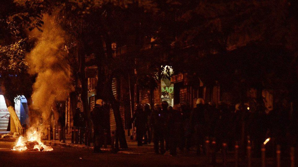 """Πολυτεχνείο: Φωτιές και χημικά στα Εξάρχεια! Μολότοφ """"έσκασε"""" μπροστά σε αστυνομικό και πήρε φωτιά… (βιντεο)"""