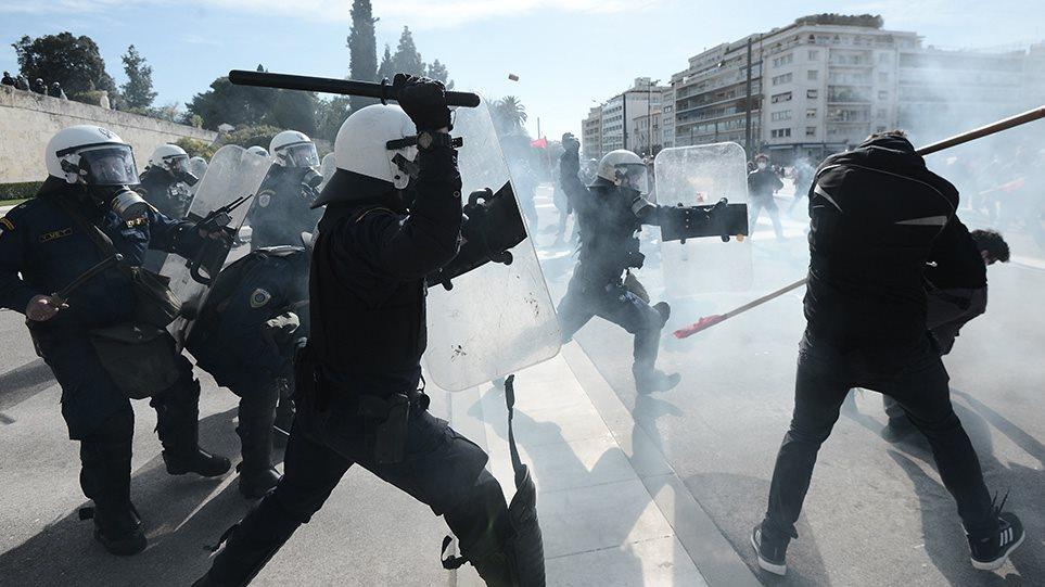 Επεισόδια στο πανεκπαιδευτικό συλλαλητήριο στο κέντρο της Αθήνας  – Ρίψη χημικών έκαναν οι αστυνομικοί