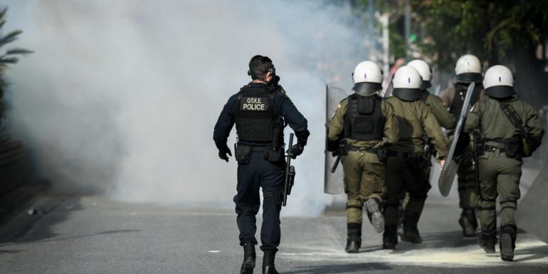 Επίθεση κουκουλοφόρων σε αστυνομικούς έξω από την ΑΣΟΕΕ -Με λοστούς και καδρόνια!