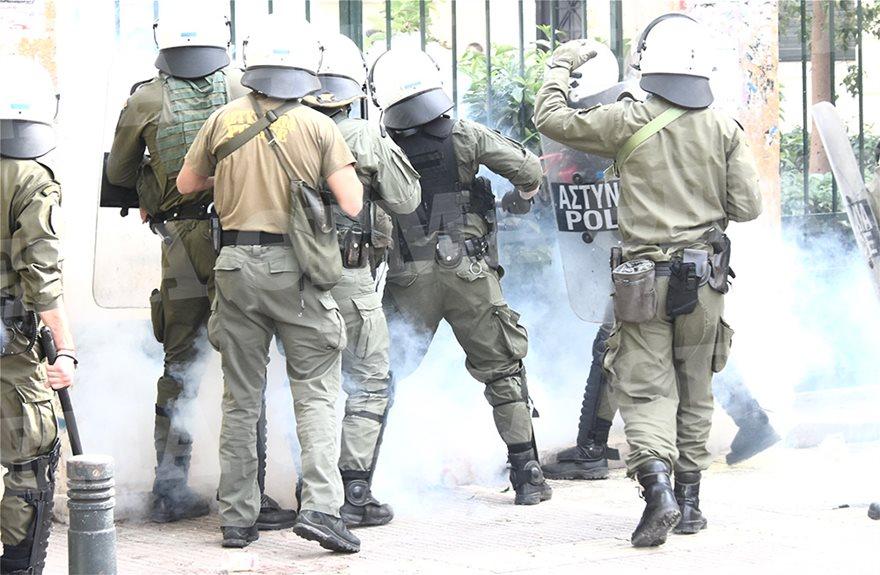 Επεισόδια στην ΑΣΟΕΕ: Πέτρες, χημικά και καταγγελίες για τραυματίες φοιτητές! (BINTEO)