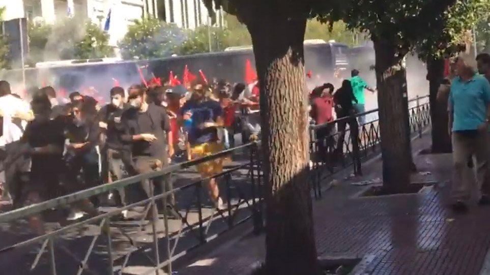 Μολότοφ και δακρυγόνα στο φοιτητικό συλλαλητήριο στο κέντρο της Αθήνας! (ΒΙΝΤΕΟ)