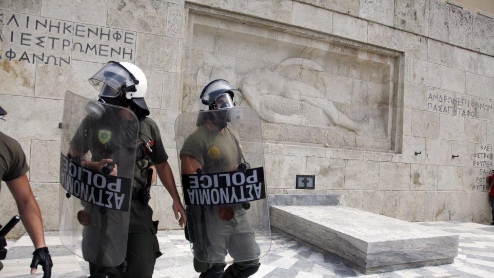 Χημικά και συμπλοκές μπροστά από το μνημείο του Αγνώστου Στρατιώτη