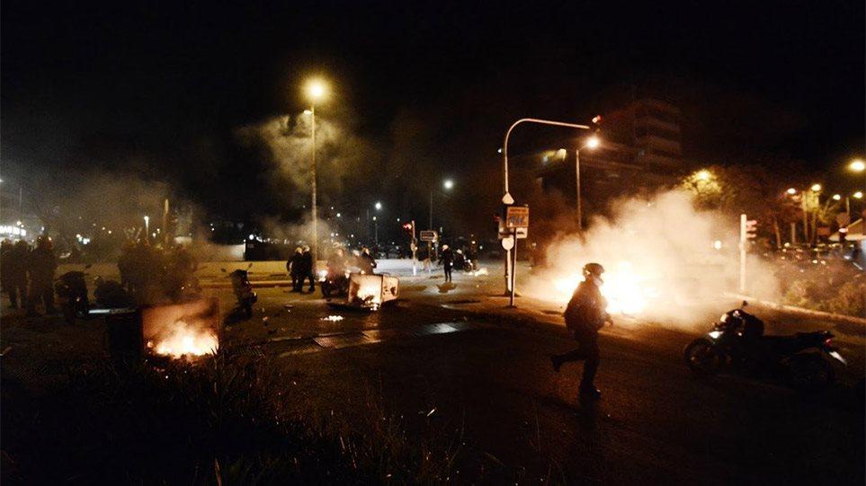 Πεδίο μάχης η Νέα Σμύρνη – Τραυματίστηκε αστυνομικός