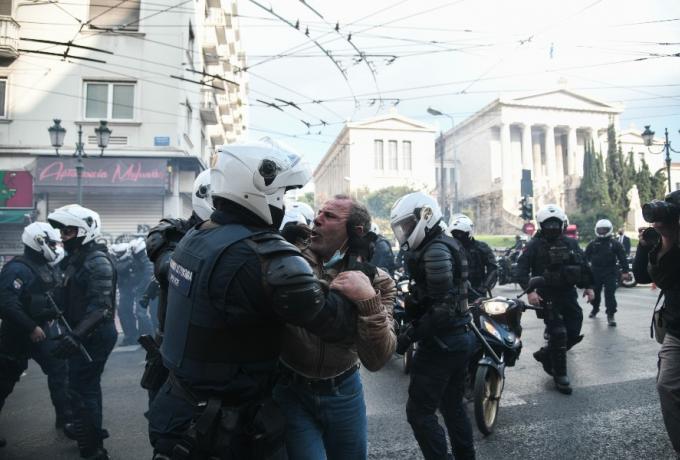 Αστυνομία για το επεισόδιο στα Σεπόλια: «Η οικογένεια του 24χρονου χτύπησε αστυνομικούς» (vid)
