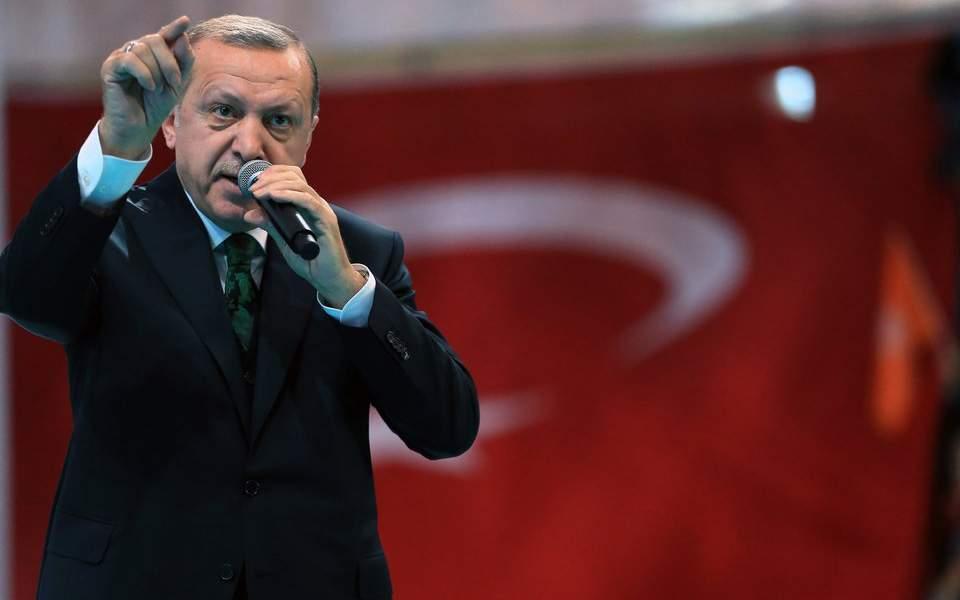 Τα έβαλε και με το ΝΑΤΟ ο πολεμοχαρής Ερντογάν: «Θα στηρίξετε τους συμμάχους σας ή τους τρομοκράτες;»